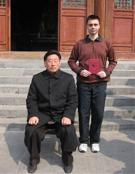 Майстор Сомов със своя учител Грандмайстор Чън Сяоуан на церемонията по приемане на вътрешни ученици