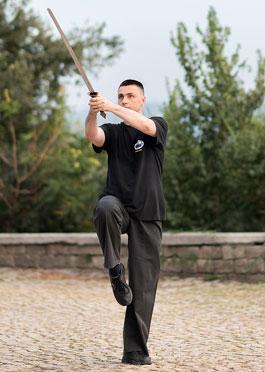 Майстор Сомов изпълнява традиционен Тай Чи комплекс с меч