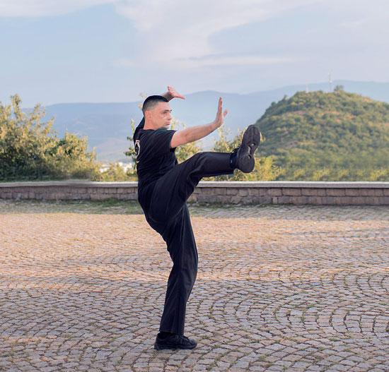 Майстор Сомов изпълнява удар с крак