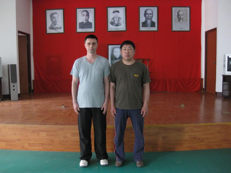 Майстор Сомов с Майстор Чън Дзюн в неговата тренировъчна зала по Тайчи