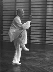 Позиция на един крак демонстрираща баланса в тайдзи.