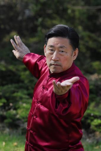 Грандмайстор Чън Сяоуан демонстрира Тай Дзи Цюан позиция с червено кимоно