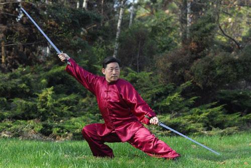 Грандмайстор Чън Сяоуан демонстрира традиционна Тай Дзи форма с две саби
