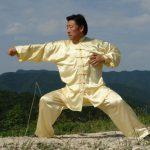 Тай Чи позиция на Грандмайстор Чън Сяоуан в бяло кимоно на открито