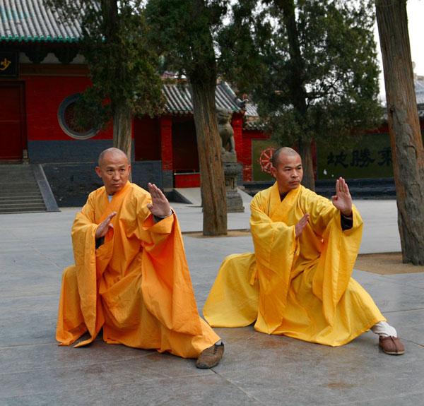 Монаси от тай чи манастир в Удан