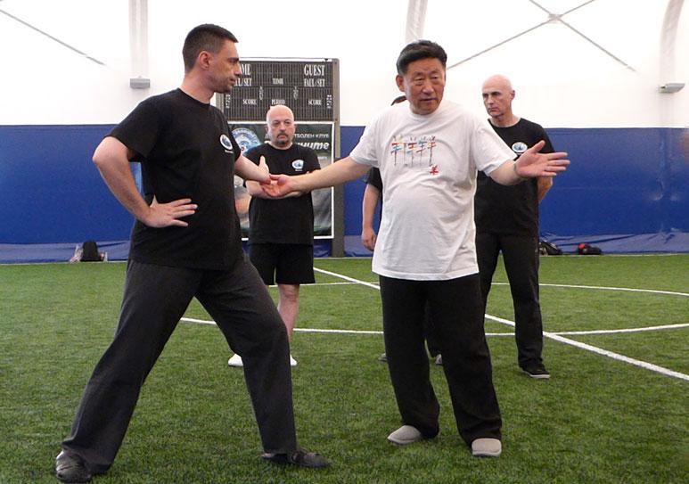 Чън Сяоуан демонстрира четирите Тай Чи умения, асистира Светослав Сомов