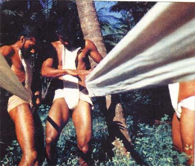 Бойците от каларипаят намотават около пояса и слабините си бойната одежда - кака от 12 метра ленено платно, което се осуква много плътно и служи като защитен бандаж срещу ритници в слабините