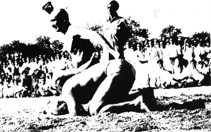 Бойци от Ваджра-Мусти в кулминацията на боя.